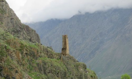 GRUZJA / Pansheti / wzgórza nad wsią / Świadek przeszłości