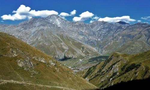 Zdjecie GRUZJA / Kaukaz okręg Mccheta-Mtianetia / Ponad Stepancmindą (widok na Kuro Range)  / Punkt widzenia zależy zdecydowanie od punktu siedzenia