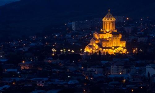 GRUZJA / Tbilisi / Tbilisi / Cminda Sameba w �wietle