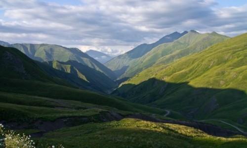 GRUZJA /  Mccheta-Mtianetia / widok z prze�eczy Datvisjvari / Droga do Szatili