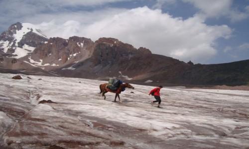 GRUZJA / Kaukaz / Droga ze stacji meteo. / Na lodowcu.