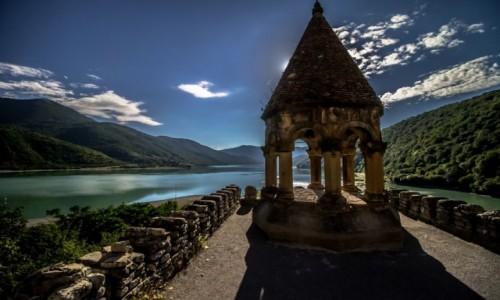 Zdjęcie GRUZJA / Mccheta-Mtianetia / Ananuri / Niebo Ziemia Woda