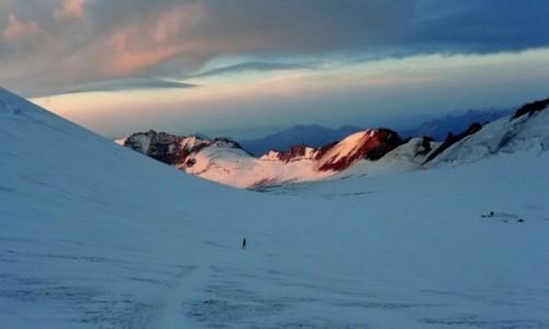 Zdjęcie GRUZJA / Kaukaz okręg Mccheta-Mtianetia / Mt. Kazbek / Świt na lodowcu Maili