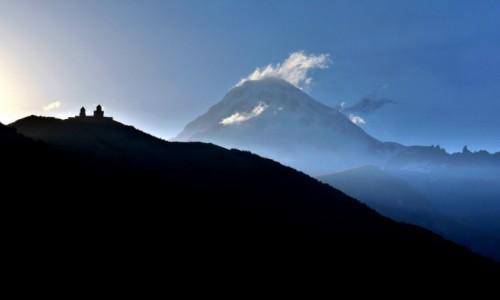 Zdjęcie GRUZJA / Centralny Kaukaz / Stepancminda (Kazbegi) / Kazbek i klasztor Gergeti
