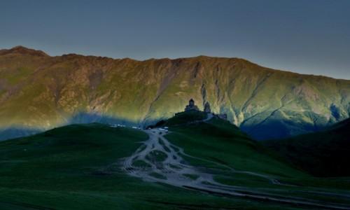 Zdjęcie GRUZJA / Centralny Kaukaz / Kazbek / Cerkiew Cminda Sameba u stóp Kazbeku