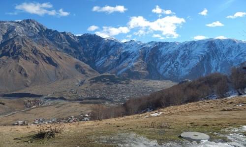 Zdjęcie GRUZJA / . / . / Widok na miejscowosc 'Kazbegi'