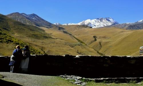 GRUZJA / - / Stepantsminda / W cieniu góry Kazbek