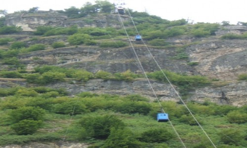 Zdjęcie GRUZJA / - / Chiatura / dwa wagoniki w drodze