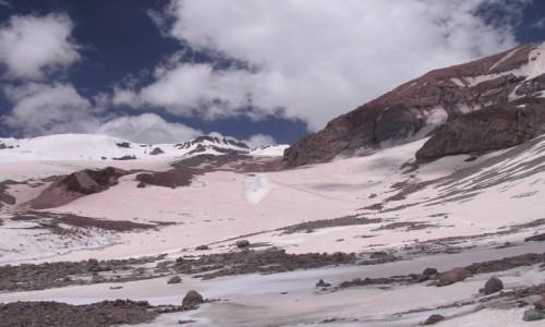 Zdjecie GRUZJA / Kazbegi / Kazbek / Beżowy śnieg na lodowcu Kazbeka