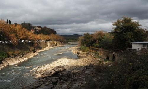 GRUZJA / Imeretia / Kutaisi / Rzeka Rioni w jesiennych barwach