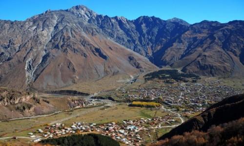 Zdjęcie GRUZJA / Mccheta-Mtianetia / okolice Stepancmindy (Kazbegi) / Widok z góry na Stepancmindę i Gergeti
