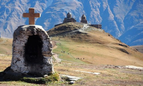 GRUZJA / Mccheta-Mtianetia / okolice Stepancmindy (Kazbegi) / Kapliczka z widokiem na  monaster Cminda Sameba
