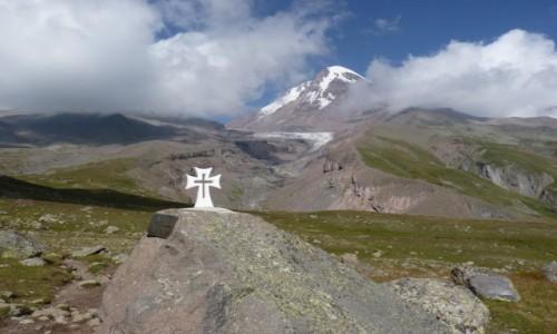 Zdjecie GRUZJA / Mccheta-Mtianetia / Kazbek / krzyż w drodze na Kazbek - właściwa perspektywa
