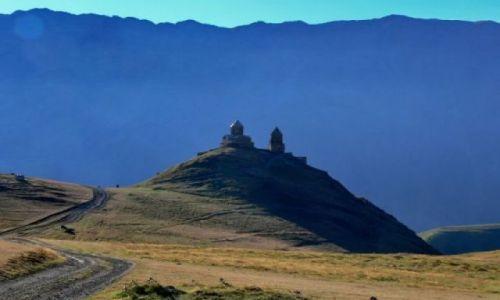 GRUZJA / Khevi / Widok na Kościół Trójcy Świętej z drogi na Kazbek (5047m). / Tsminda Sameba