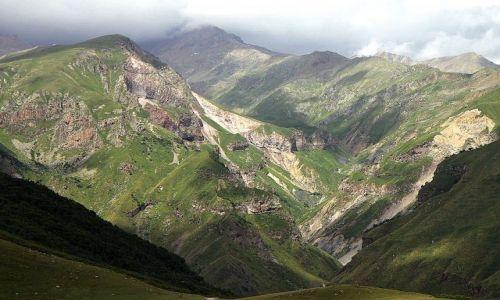Zdjecie GRUZJA / wzgórze Gergati / Wojenna droga / jedna z dróg na