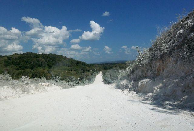 Zdjęcia: El Peten, zakurzona, zwirowa droga, GWATEMALA