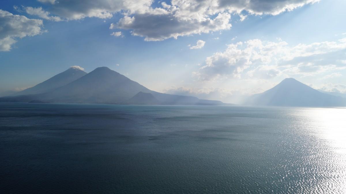 Zdjęcia: Jezioro Atitlan, Jezioro Atitlan, Widok na wulkany, GWATEMALA