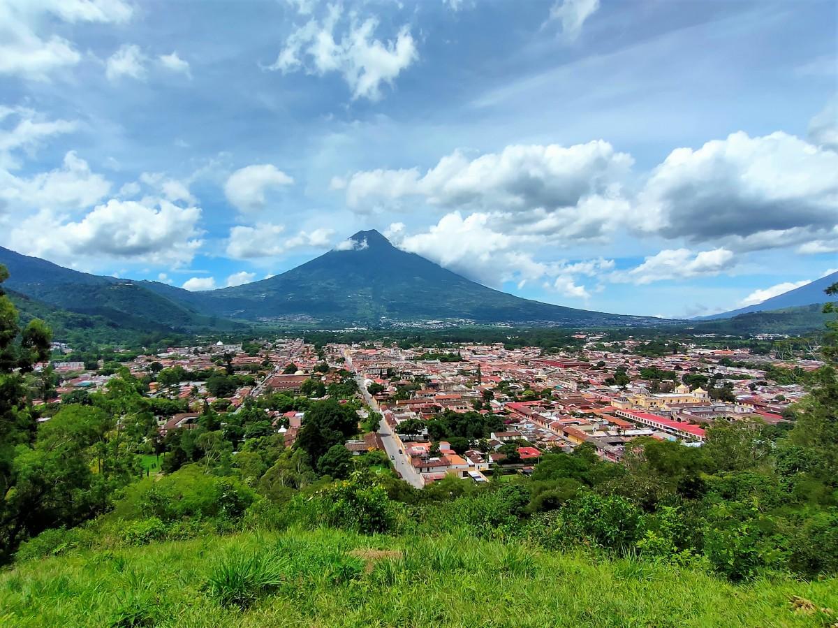Zdjęcia: Antigua, Miasto jest pięknie położone, GWATEMALA