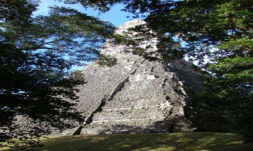 GWATEMALA / - / Tikal / Jedna z piramid w Tikal