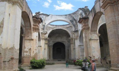 Zdjęcie GWATEMALA / - / Gwatemala / Zniszczona katedra przez trzęsienie ziemi w stolicy
