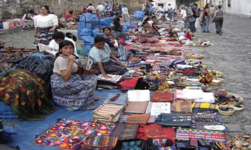 Zdjecie GWATEMALA / Gwatemala / Antigua / Indiański targ