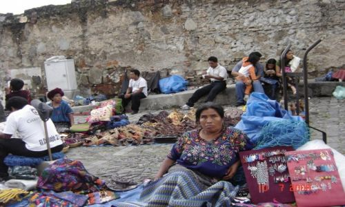 Zdjęcie GWATEMALA / Gwatemala / Antigua / Skromność i pracowitość Indian