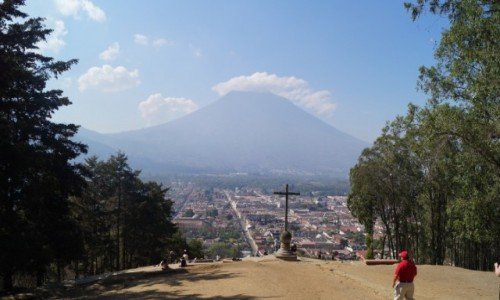 Zdjecie GWATEMALA / Antigua / Antigua / W cieniu wulkanu