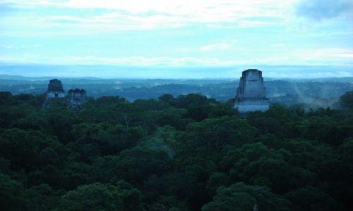 Zdjęcie GWATEMALA / El Peten / Tikal / Świątynia I, II i V o wschodzie słońca