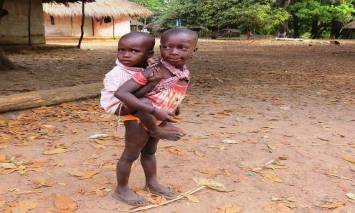 Zdjęcie GWINEA BISSAU / Wyspy Bijagos / Indena / Rodzeństwem trzeba zajmować się od najmłodszych lat