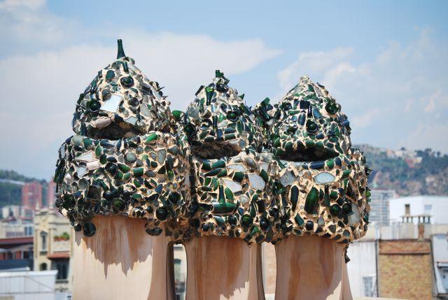 Zdjęcia: Barcelona, Katalonia, Kominy domu Casa Mila 1, HISZPANIA