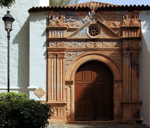 Zdjęcia: Pájara, Fuerteventura/Wyspy Kanaryjskie, Aztecki portal kościóła Iglesia de Virgen de la Regla, XVII w., HISZPANIA