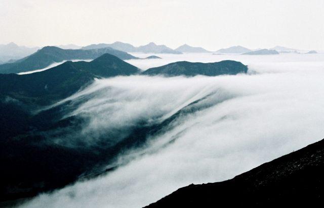 Zdjęcia: główny grzbiet Kordyliery Kantabryjskiej, dwa dni drogi na południowy zachód od Puerto del, Asturia, wieczorne mgły, HISZPANIA