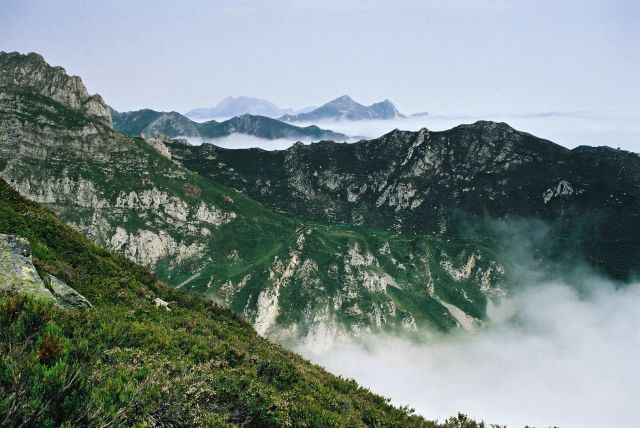 Zdj�cia: g��wny grzbiet Kordyliery Kantabryjskiej, dzie� drogi na po�udniowy zach�d od Puerto del P, Asturia, g�ry po horyzont, HISZPANIA