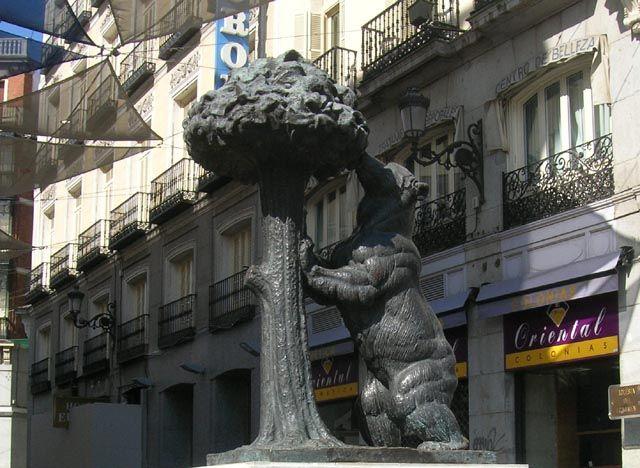 Zdjęcia: Madryt, Niedzwiedź zjadający poziomki, HISZPANIA