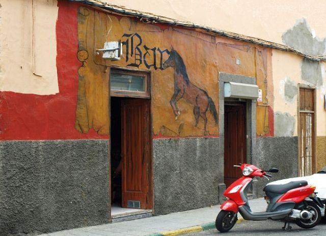 Zdjęcia: Las Palmas, Gran Canaria, koń mechaniczny u wrót baru, HISZPANIA