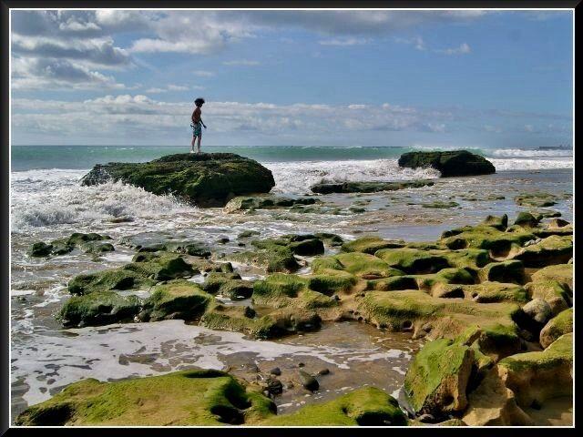 Zdjęcia: Maspalomas, Gran Canaria, Chłopczyk na skałkach, HISZPANIA