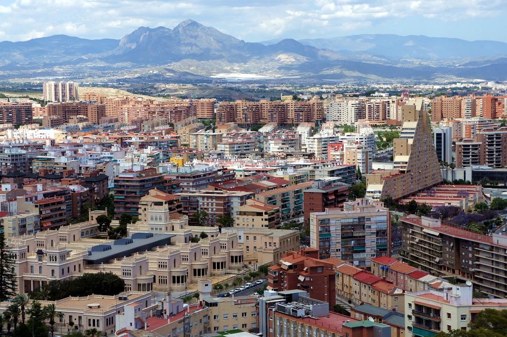 Zdjęcia: Zamek św. Barbary, widok na nową dzielnicę miasta, Alicante, Paleta stylów i barw, HISZPANIA