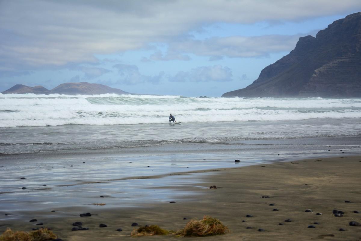 Zdjęcia: Caleta de Famara, Wyspy Kanaryjskie, surfer, HISZPANIA