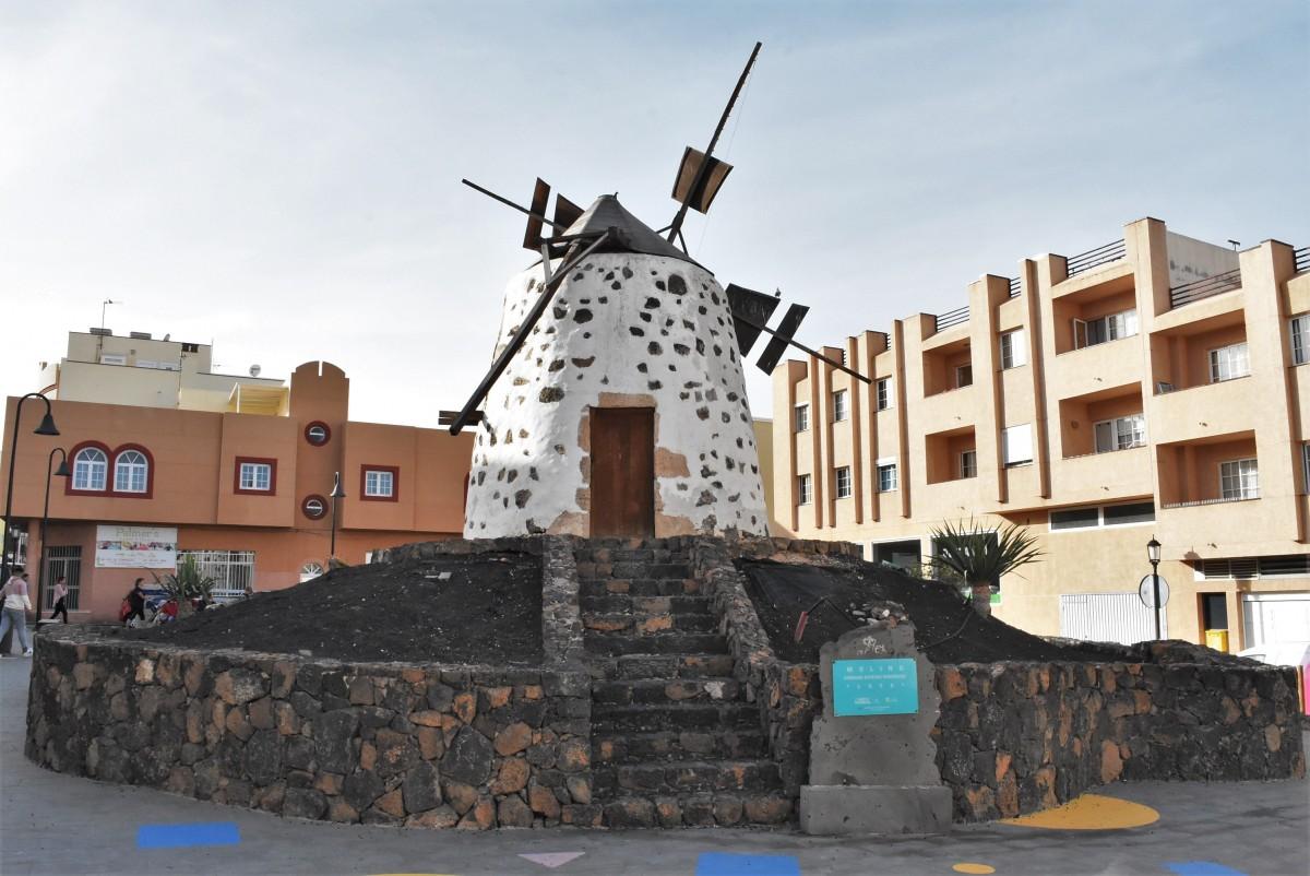 Zdjęcia: Corralejo, Fuertaventura, Corralejo, zabytkowy młyn, HISZPANIA