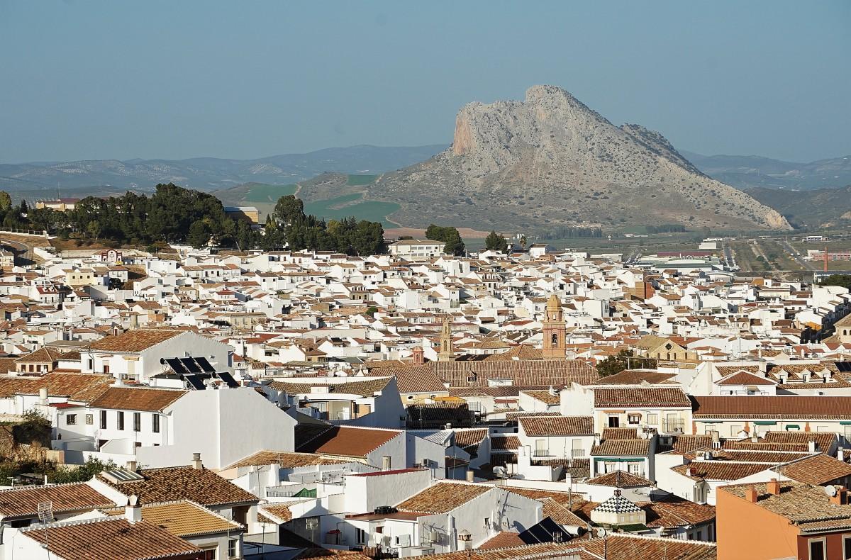 Zdjęcia: Antequera,  Andaluzja, W cieniu góry, HISZPANIA