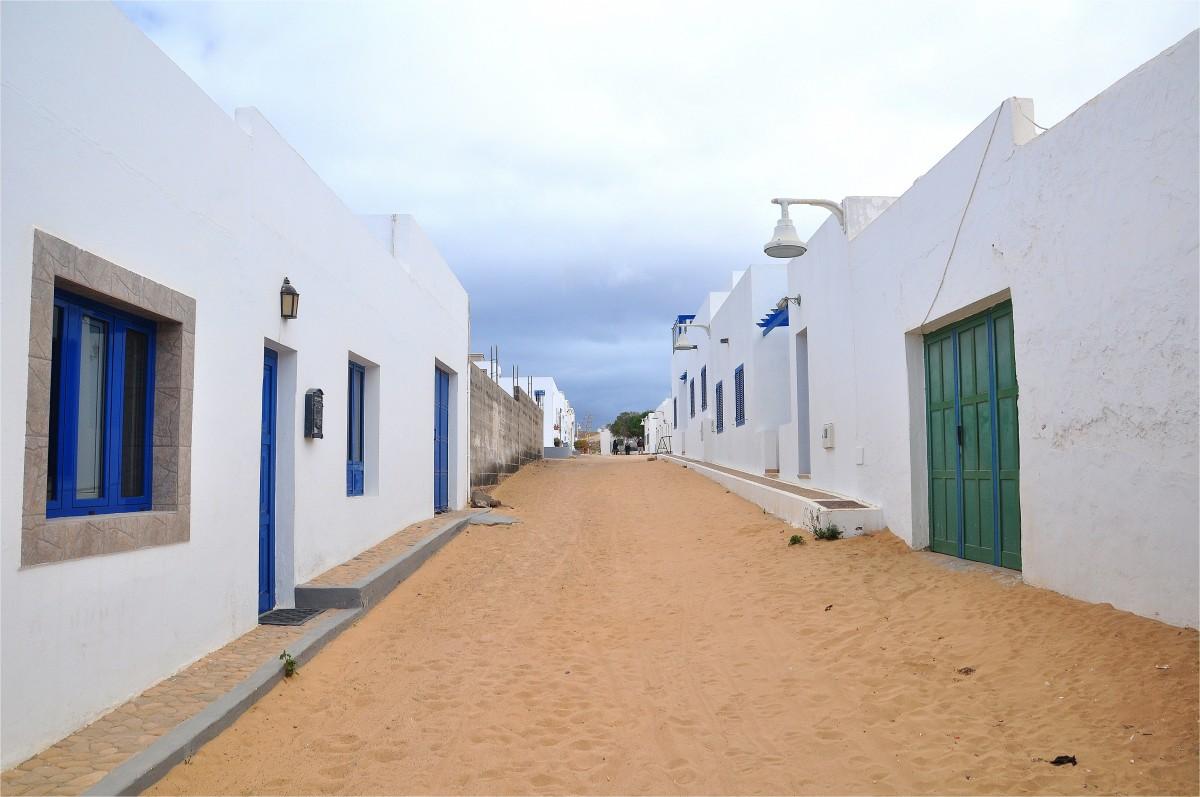 Zdjęcia: La Graciosa, Wyspy Kanaryjskie, Uliczki w Caleta del Sebo, HISZPANIA