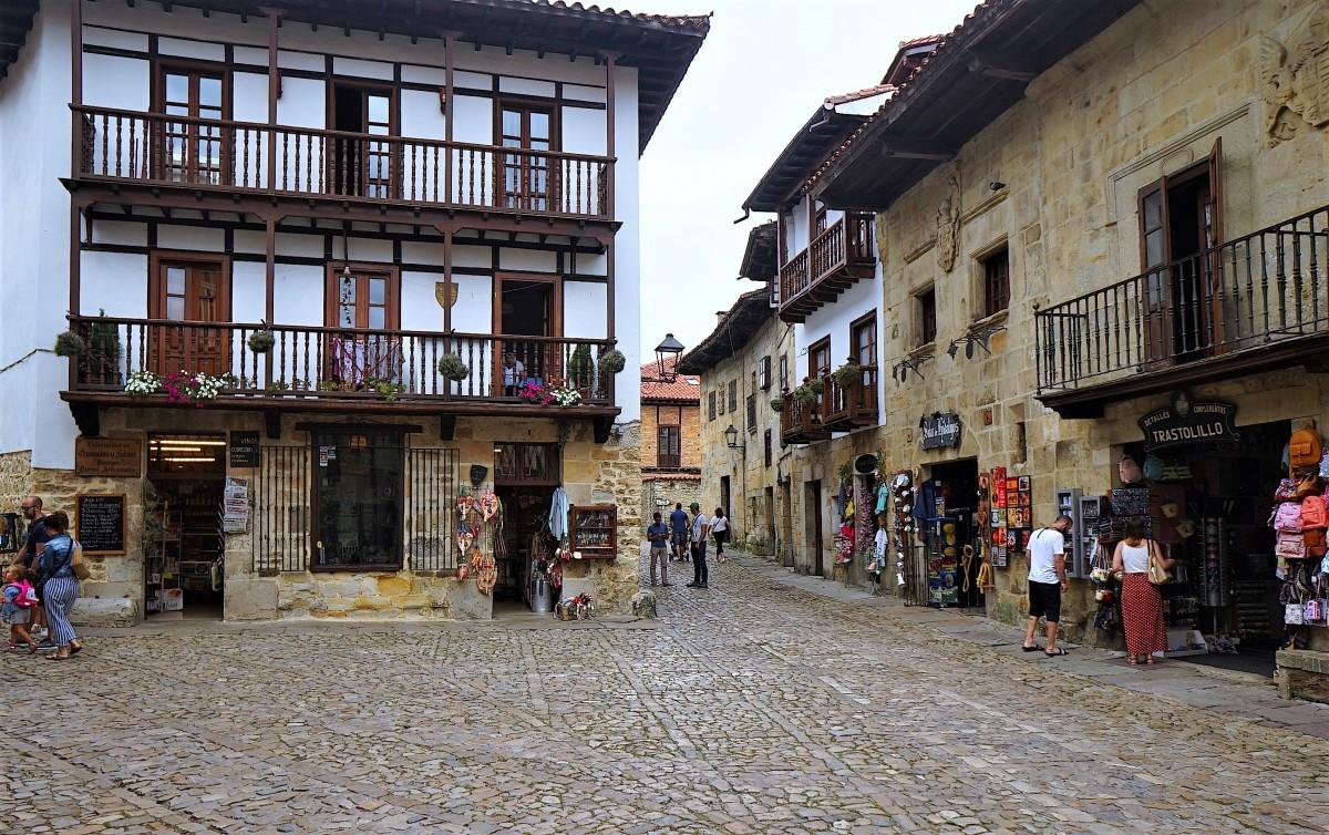Zdjęcia: Santillana del Mar, Colegiata de Santa Juliana, Kantabria, W średniowiecznej scenerii, HISZPANIA