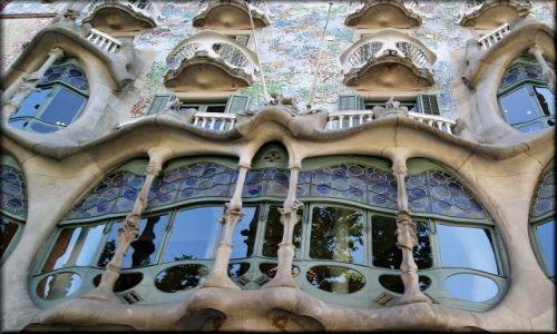 Zdjecie HISZPANIA / Katalonia / Barcelona / Okna w Casa Batilo