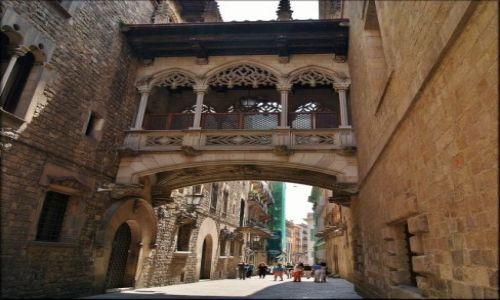 HISZPANIA / Katalonia / Barcelona - Carrer del Bisbe / Uliczkę znam w Barcelonie...