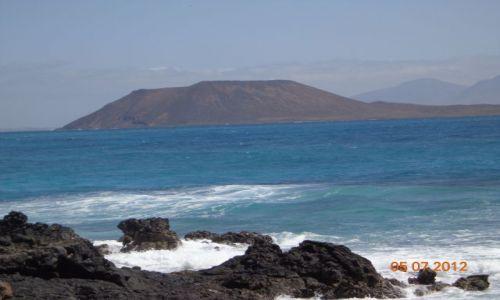 Zdjecie HISZPANIA / FUERTEVENTURA / Widok z okolic Corralejo na wulkaniczna wyspę LOBOS / Wyspa LOBOS na Atlantyku