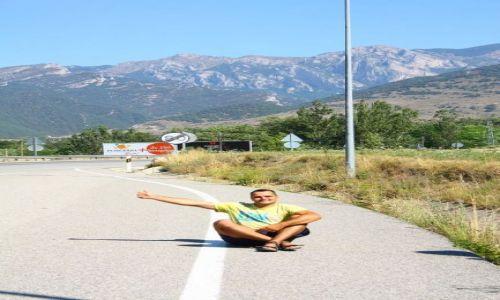 HISZPANIA / GÓRY / Autostop przed Andorą / Autostop przed Andorą. W tle Pireneje hiszpańsko-francuskie
