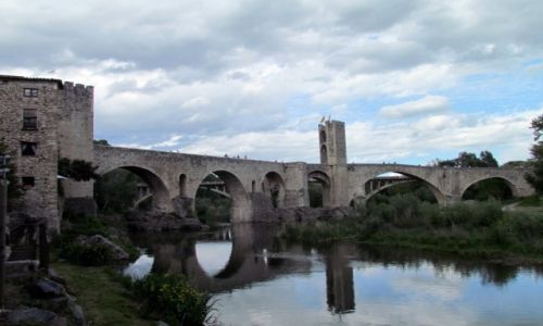 HISZPANIA / Katalonia / Besalu / Kamienny most