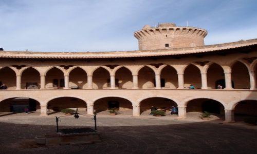 Zdjęcie HISZPANIA / Majorka / Palma de Mallorca / Na dziedzińcu Castell de Belver