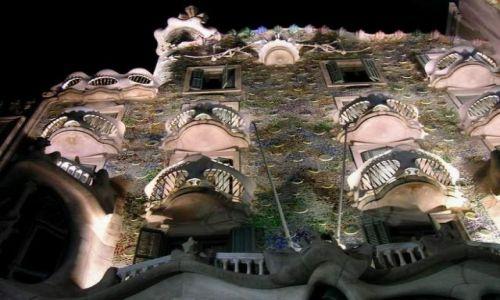 Zdjecie HISZPANIA / Katalonia / Barcelona / kunszt Gaudiego noca