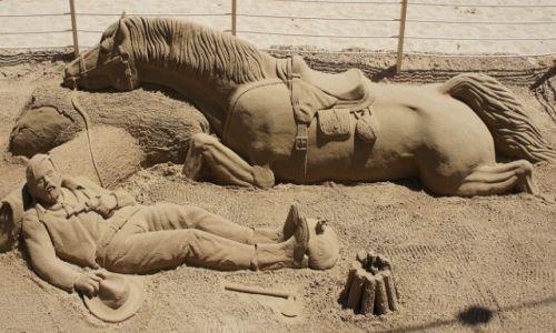 Zdjecie HISZPANIA / Alicante / Benidorm, rzeźba z piasku / Strudzeni drogą